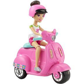 Barbie On The Go - Βολτίτσες Κουκλίτσες Και Όχημα (βέσπα) (FHV76)